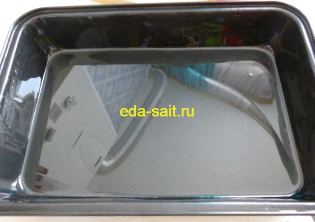 Форма смазанная маслом для запекания баклажанов с рисом и фаршем