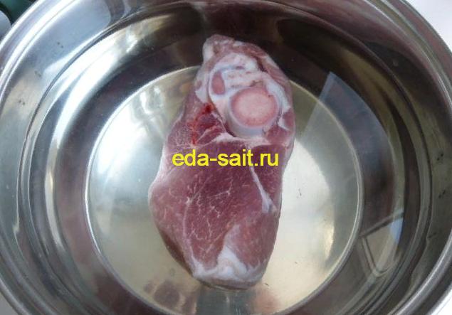 Варим свинину для горохового супа
