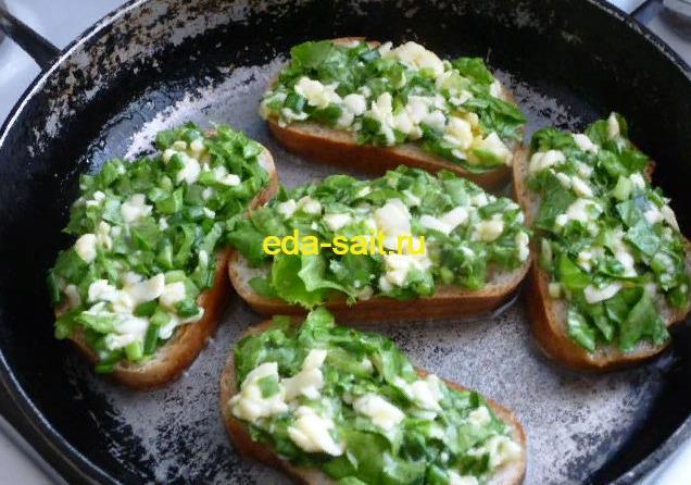 Обжариваем бутерброды с яйцами и сыром на сковороде