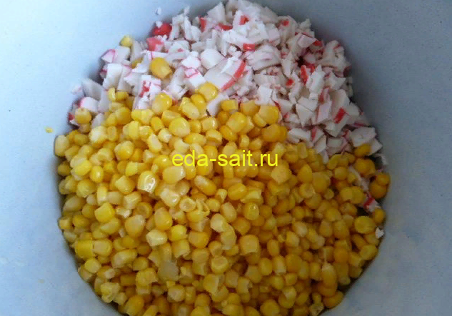 Добавляем кукурузу в крабовый салат