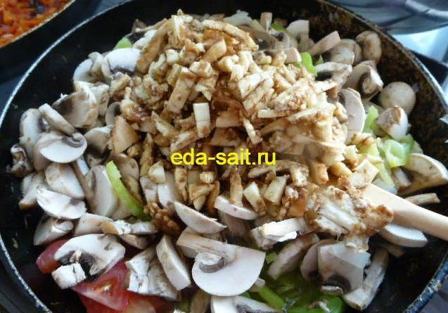 Обжариваем начинку с грибами для фарширования баклажанов