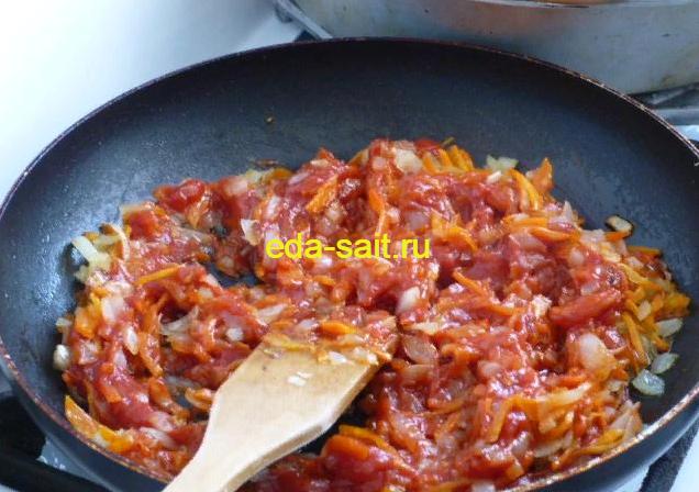 Обжариваем лук и морковь и тушим с томатной пастой