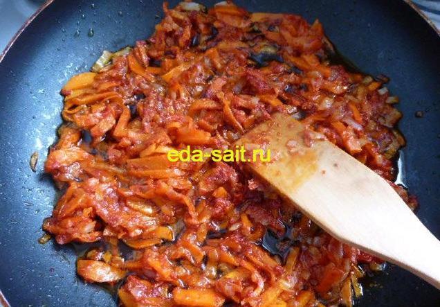 Добавить к луку и моркови томатную пасту