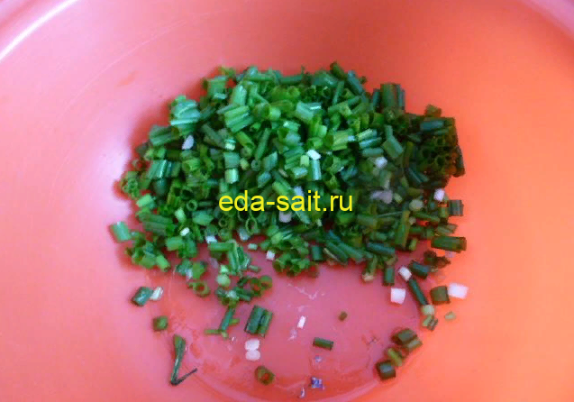 Нарезаем мелко зеленый лук