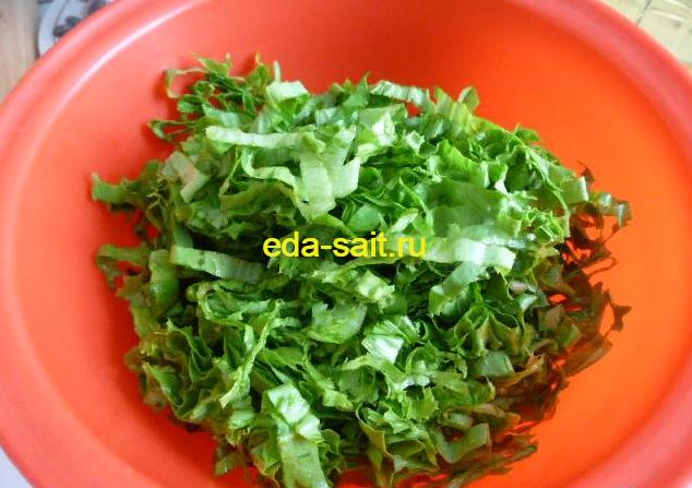 Нарезаем мелко зеленый салат