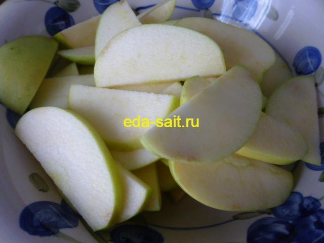 Нарезаем яблоки в запеканку с помидорами