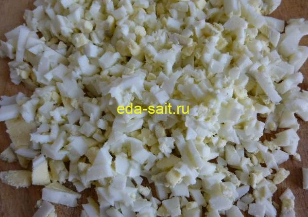 Нарезаем яйца для крабового салата