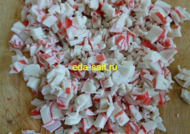 Нарезаем крабовые палочки для салата без риса