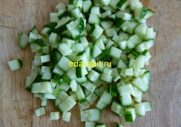 Нарезаем огурцы для крабового салата без риса