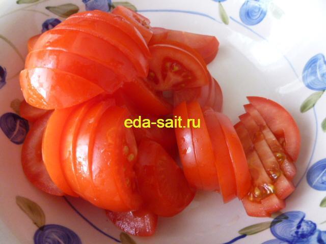Нарезаем помидоры для запеканки с яблоками