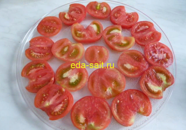 Нарезаем помидоры кружками
