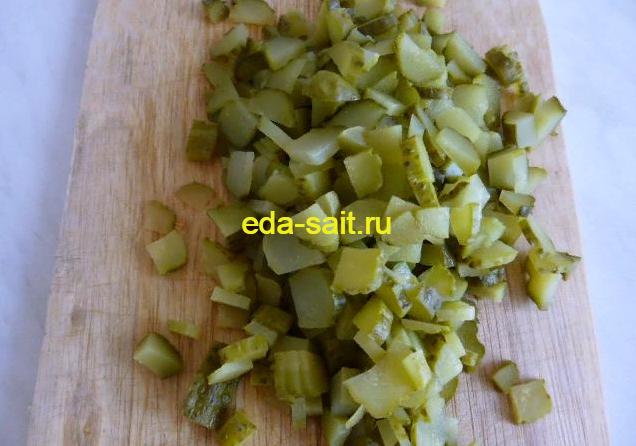 Нарезаем соленые огурцы для рассольника