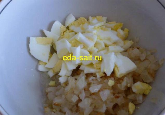 Нарезаем яйцо кубиками для фарширования огурцов