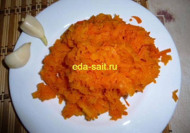 Морковь и чеснок для рулета из свинины