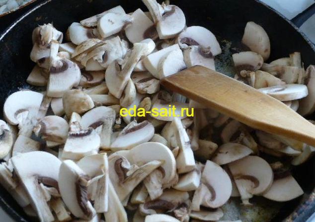Обжариваем грибы для фарширования огурцов