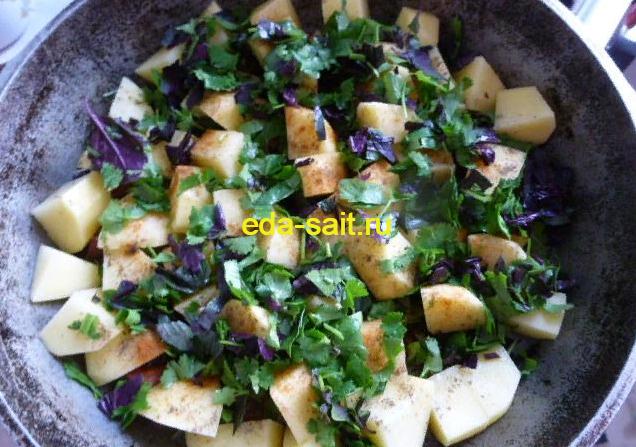 Посыпаем картошку зеленью