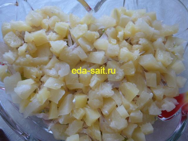 Салат с куриной грудкой и сухариками слой ананасов