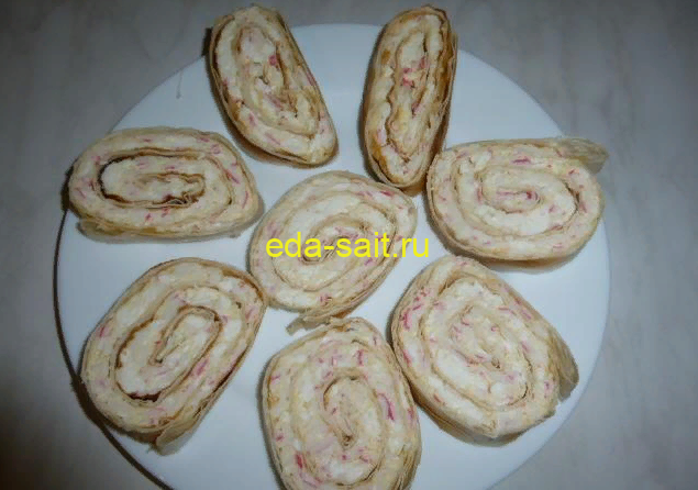 Рулет с крабовыми палочками сыром и яйцами фото