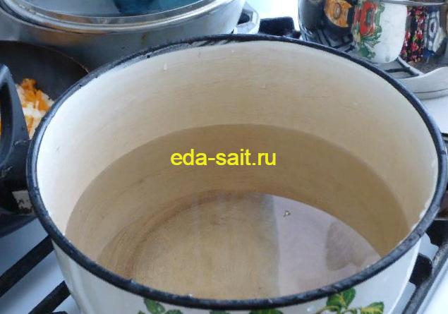 Ставим на плиту кастрюлю с водой
