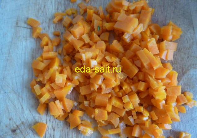Нарезаем морковку кубиками для оливье