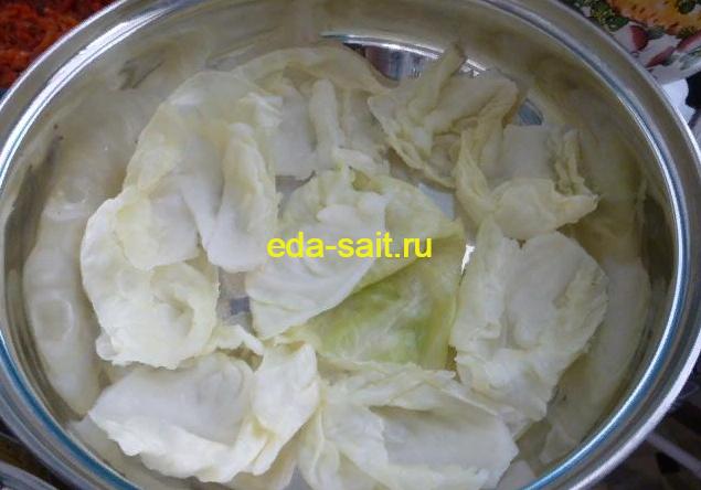 Выкладываем дно сковороды капустными листьями