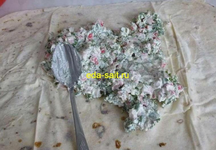 Рулет из лаваша с крабовыми палочками, сыром и зеленью
