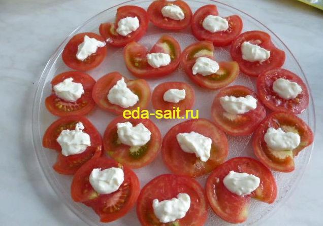 Выкладываем на помидоры смесь из майонеза и чеснока