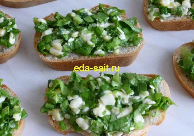 Выкладываем начинку из яиц и сыра на бутерброды