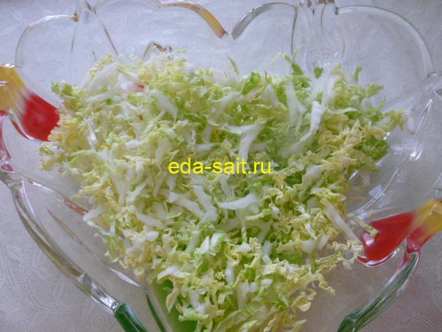 Салат с куриной грудкой и сухариками слой пекинской капусты