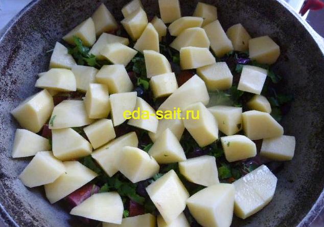Выкладываем картошку в чанахи