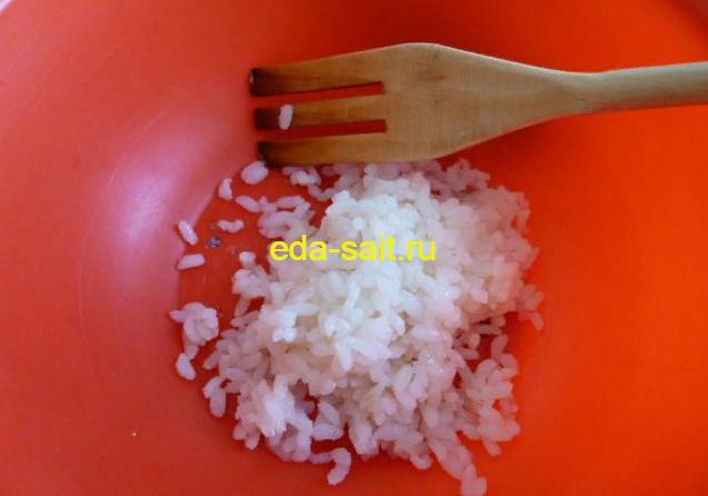 Выкладываем в миску рис