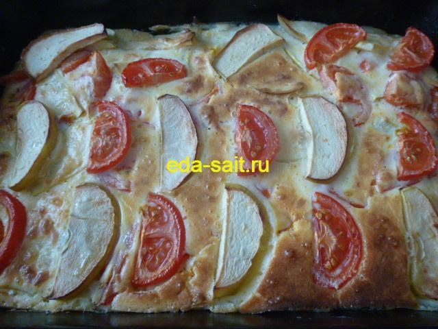Готовая запеканка с помидорами и яблоками