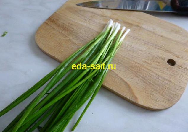Зеленый лук в начинку для жареных бутербродов с яйцами и сыром