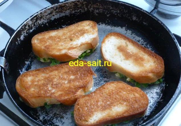 Обжариваем бутерброды с яйцами и сыром с двух сторон