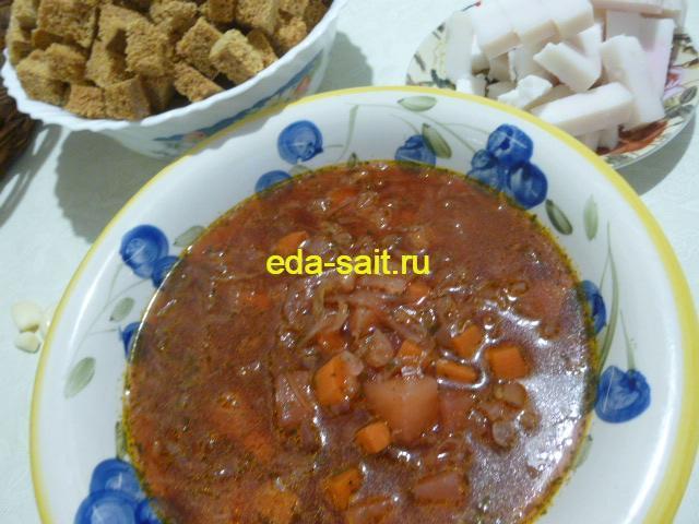 Борщ на воде без мяса с салом, чесноком и сухарями.
