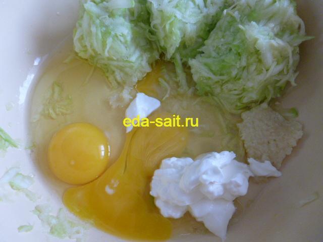 Добавляем к кабачку яйца, сметану и чеснок