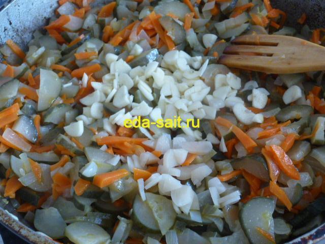Добавляем в икру из соленых огурцов чеснок