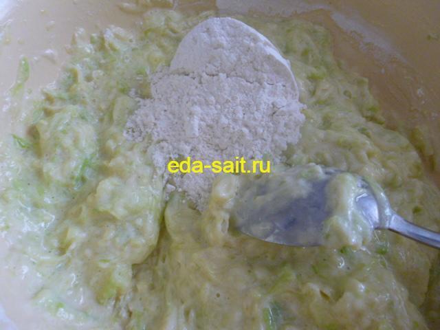 Добавляем муку и замешиваем тесто для кабачковых лепешек