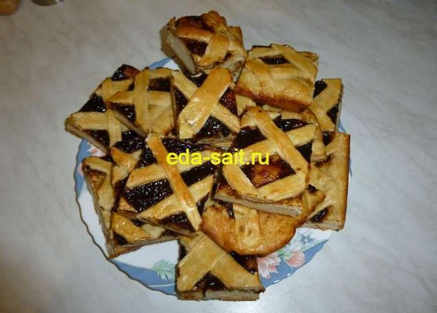 Остывший и нарезанные кусочки пирога подаем на стол