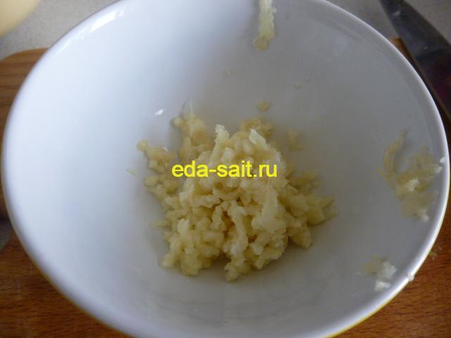 Измельченный чеснок в миске
