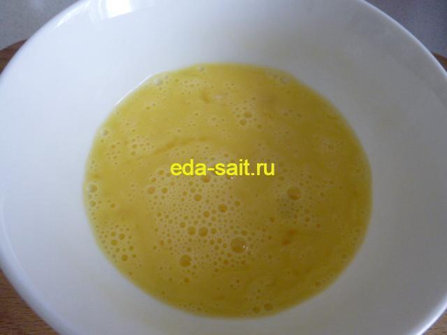 Взбиваем яйца для супа с консервами и морской капустой