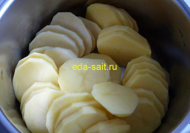 Нарезаем картошку кружками для запеканки с тефтелями