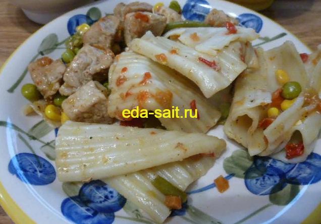 Макароны со свининой и овощами