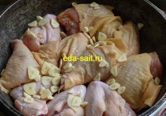 Посыпаем куриные части чесноком