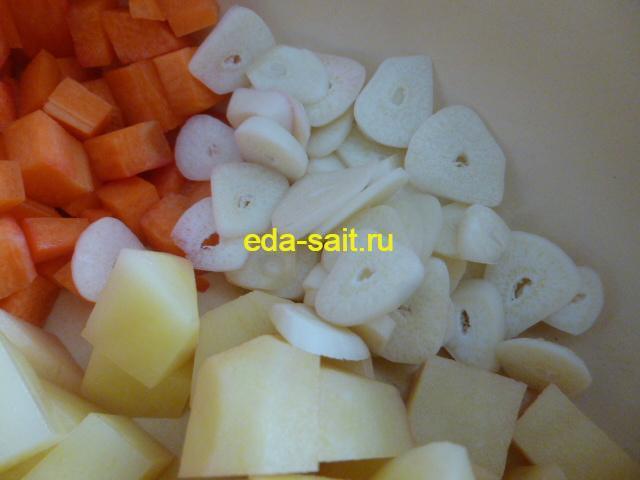 Добавляем в нарезанным овощам чеснок