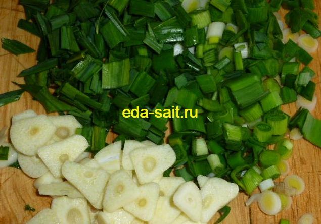 Нарезаем чеснок для супа с зеленой редькой