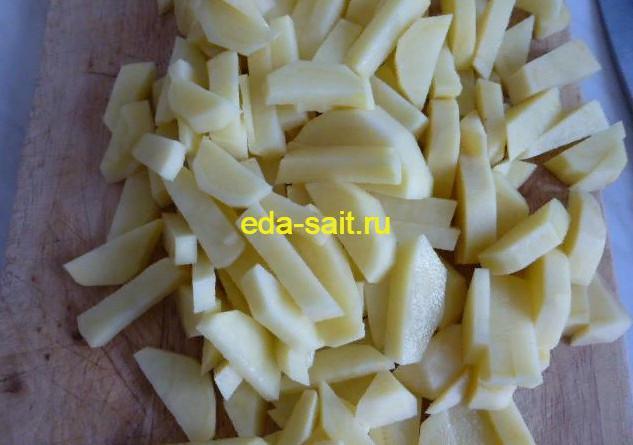 Нарезаем картошку ломтиками