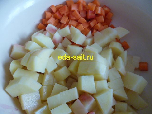 Нарезаем лук и морковку в борщ на воде и без мяса