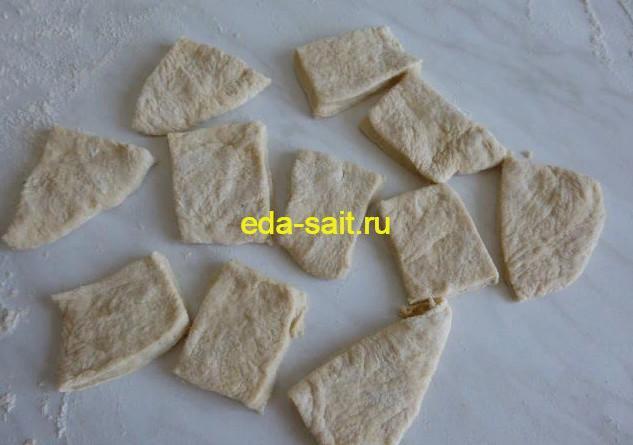 Нарезаем оставшееся дрожжевое тесто на квадраты
