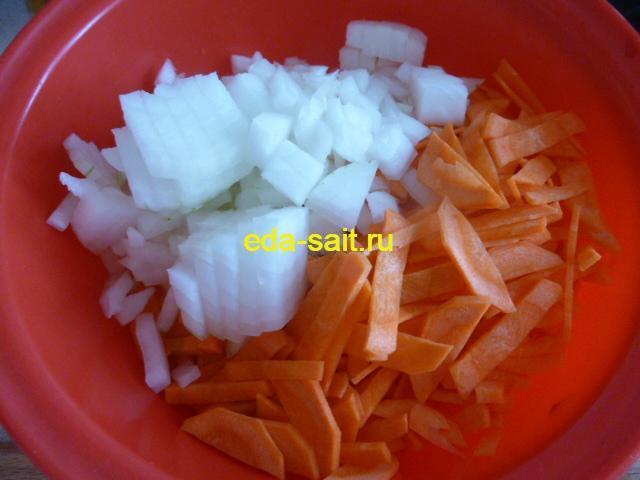 Нарезаем лук и морковь для голубцов с рисом и грибами